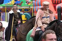 """Vskutku výsostnou návštěvu měli v sobotu Bzenečtí. Do města přijel mnohými nejčastěji vzpomínaný panovník naší historie. Český a německý král a římský císař. Ze zámeckého balkonu na lid moravský mluvil uctívaný Karel IV. Bzeneckým """"potvrdil"""" všechna práva"""