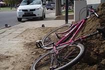 Strážka mladého cyklisty a osobní Dacie.