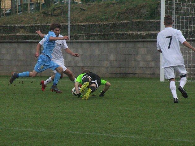 Fotbalisté Dubňan ( v bílých dresech) derby vyhráli.