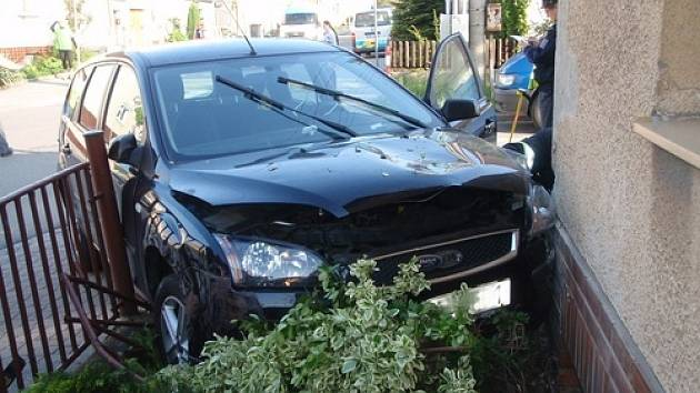 Řidič, který narazil do autem do rodinného domu, i přes snahu záchranářů zemřel.