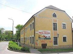 Původní restaurace U Pošty. Ta byla zbořena a místo ní vyrostl internát střední školy.