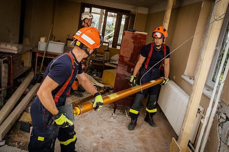 Jihomoravští hasiči pomáhali v sobotu se stabilizováním domů v tornádem zasažených Lužicích.