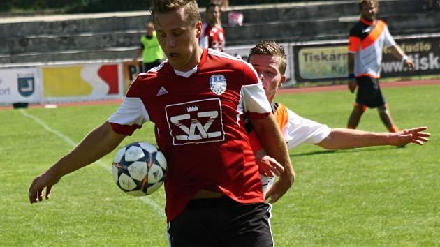 Fotbalisté Blatnice (v červených dresech) získali ve 22. kole bod, když na hřišti Velkých Pavlovic remizovali 3:3.