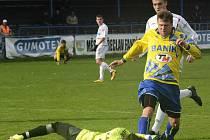 Zkušený ratíškovický útočník Michal Voříšek (ve žlutém dresu) se proti mladému brankáři Kalinovi neprosadil. Baník prohrál na hřišti poslední břeclavské rezervy 1:2.