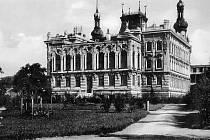 Původní budova po roce 1920. V pozadí se staví budova soudu.