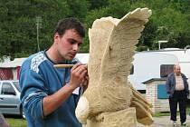 V rekreační oblasti Lučina se sešli řezbáři, aby předvedli své umění.