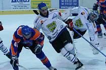 Hodonínští hokejisté (v modrém) poslali ve závěrečné dvacetiminutovce Velké Meziřící do kolen.