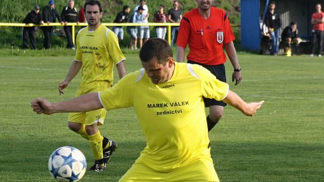 Fotbalisté Kozojídek doma přehráli Sobůlky 5:0. Jednu z branek vstřelil zkušený stoper Dalibor Gloza (na snímku).