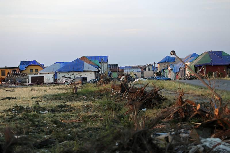 Následky tornáda a úklid v pondělí 28.6. v obcích Hrušky, Moravská nová ves a Mikulčice