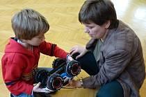 Strážnický Dům dětí a mládeže uspořádal už desátý ročník závodů autíček na dálková ovládání Grand Prix 2014.