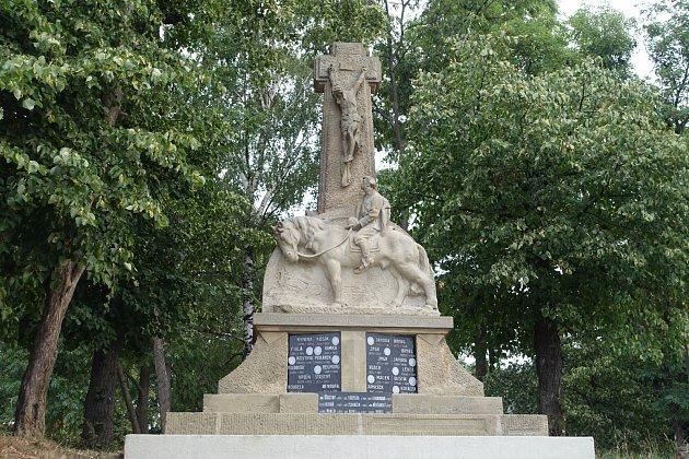Pomník obětem první světové války stojí ve Svatobořicích nedaleko takzvaných svatobořických opic.