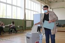První hlasující v jihomoravských krajských volbách 2020 u uren v tělocvičně Základní školy Vančurova v Hodoníně.