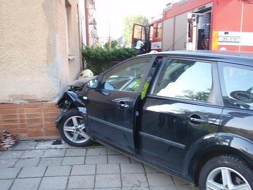 Řidič, který narazil do autem do rodinného domu, ipřes snahu záchranářů zemřel.
