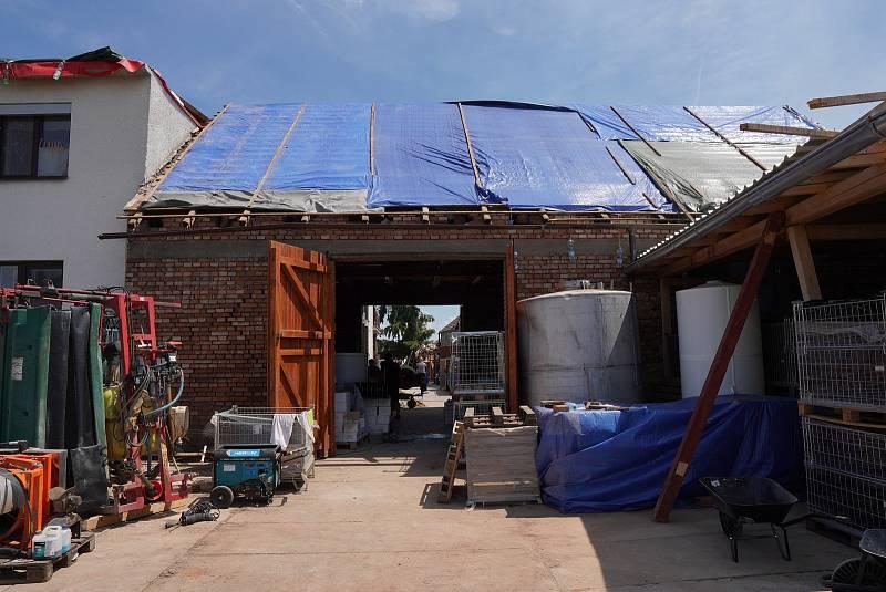 Vinaři Petru Maradovi z Mikulčic pomáhá s likvidací škod a obnovou hospodářství, stodoly a domu jeho rodina, přátelé a známí.
