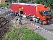Z blikajících výstražných světel na železničním přejezdu si nic nedělal řidič nákladního auta se zahraniční poznávací značkou. V Moravském Písku vjel v pondělí po páté hodině odpoledne do kolejiště, kde mu cestu zatarasily padající závory.