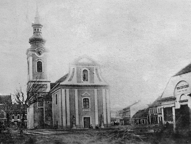 Zablácený povrch na náměstí a u Masných krámů okolo roku 1900.