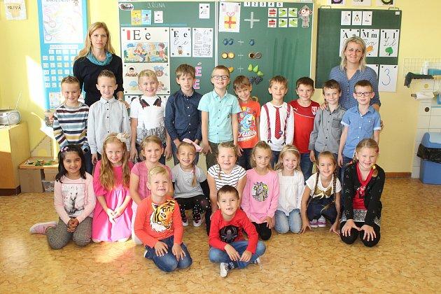 Žáci 1.B třídy Masarykovy základní školy Vracov střídní učitelkou Marcelou Dubcovou a asistentkou Lenkou Niklovou