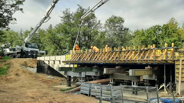 Stavební práce na mostě na silnici I/55 u Hodonína.