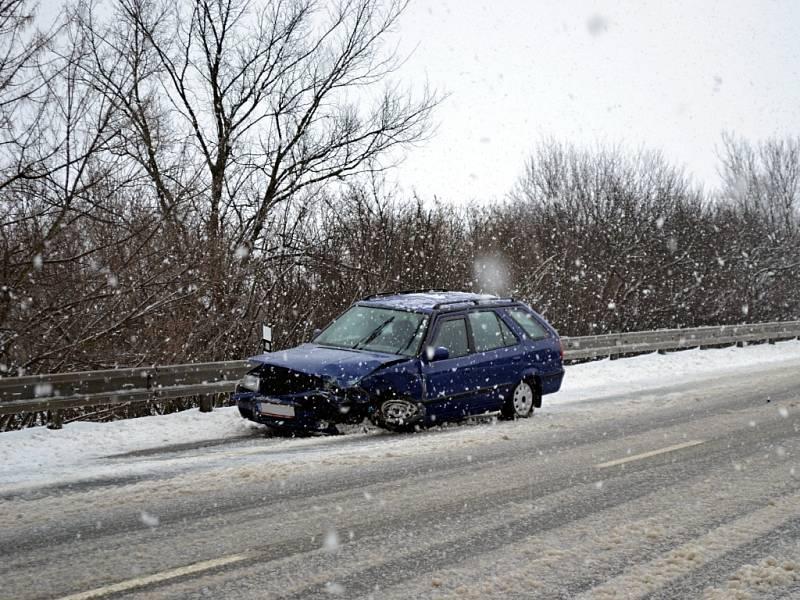 Dvě dopravní nehody poblíž sebe se staly v sobotu 23. února dopoledne na silnici první třídy číslo 55 mezi Rohatcem a Petrovem a v Petrově. První nehodu odnesla dvě auta, nehodu v Petrově Škoda Octavie na snímku.