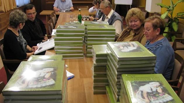Autoři knihy se nemohli dočkat prvních výtisků. Hned v nich začali společně listovat.