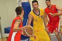 Kyjovský basketbalista Lukáš Rubecký (ve žlutém) se proti Šlapanicím příliš neprosadil.