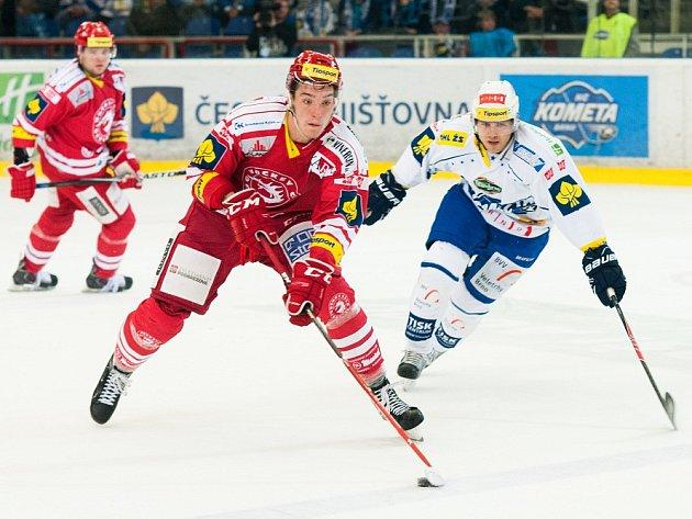 Devatenáctiletý útočník Třince Marek Růžička (v červeném), který vyrůstal v rodném Hodoníně, pravidelně nastupuje v dresu Ocelářů v české nejvyšší hokejové soutěži.