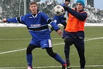 Fotbalisté Vacenovic porazili v úvodním přípravném zápase Velkou nad Veličkou 3:2. Na snímku bojuje o míč s obráncem soupeře mladý útočník Martin Miléř (v oranžovém návleku).