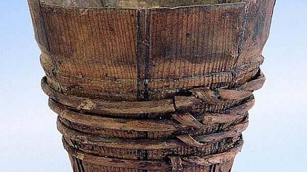 Dřevěná dýhová miska z 15. století.