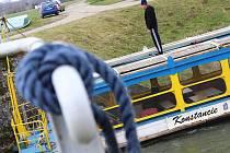 Jeřáb přenesl v úterý zpět na hlavní tok řeky Moravy v Hodoníně městskou loď Konstancii.