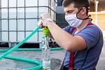 Veselané vydávají protikoronavirovou desinfekci.