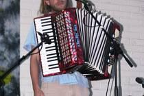 Odvaha. Vzít hudební nástroj a předvést se na pódiu dokázalo jen několik odvážlivců.