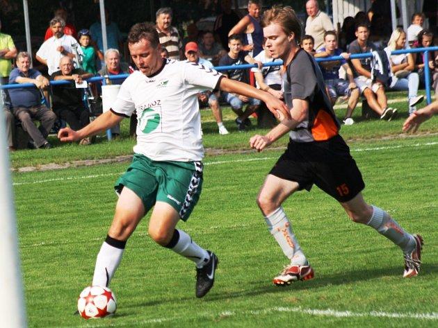 Vracovský útočník Petr Loprais (vravo) se v sobotu střelecky neprosadil. Na podzim se však proti Rousínovu blýskl hattrickem.