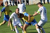 Fotbalisté Kněždubu (v bílém) otočili duel s Hroznovou Lhotou a po výhře 2:1 brali všechny body.