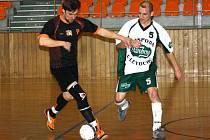 Obránce Vacenovic Radek Procházka (vpravo) se snaží zastavit akci dubňanského Bohdana Blahy. Oranjes vyhráli 2:0.