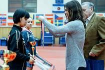 Ředitelka Czech Junior & Cadet Open 2016 a manažerka české mládežnické reprezentace Andrea Botková dekoruje vítězku dvouhry kadetek Japonku Kanu Takeučiovou.