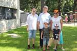 Manželé Holačtí se svými vnoučky Teodorem a Nikolasem se stali stotisícími návštěvníky hodonínské zoo v roce 2020. Pogratuloval jim a předal malou pozornost ředitel zoo Martin Krug (vlevo).