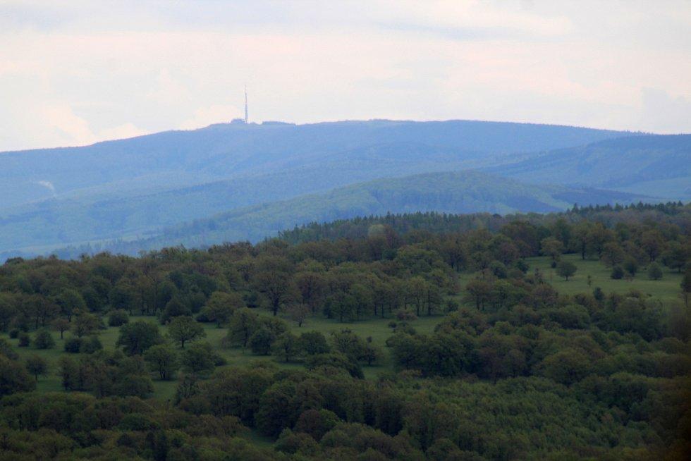 Rozhledna Travičná a výhledy z ní. Počet schodů 177, výška ochozu 34 metrů, výška rozhledny 52,6 metru.