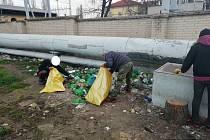 Velký jarní úklid u parovodu v blízkosti hodonínského vlakového nádraží.
