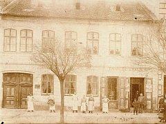 Dům hodonínského pekaře Emanuela Králíka na Rynkové ulici před sto lety. Dům stával na nynější Národní třídě nalevo od domu prodejny Baťa.