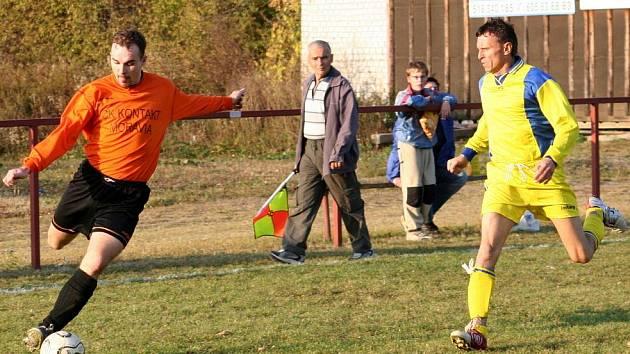 Ze zápasu fotbalistů hodonínského Nesytu (v oranžovém) proti Sudoměřicím. Předseda klubu Jan Šnajdr v roli asistenta rozhodčího.