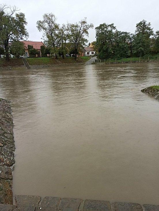 Hladina řeky Moravy ve Veselí nad Moravou před polednem.