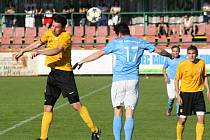 Mutěničtí fotbalisté (na snímku ve žlutých dresech) musí před novou sezonu lepit zadní řady.