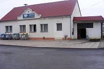 Karlínský kulturní dům ještě před výměnou oken a vchodových dveří.