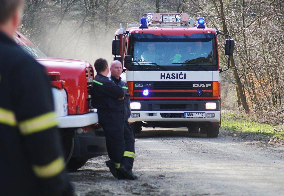 Požár lesního porostu u Javorníka. Hasiči si nedaleko místa, kde hořelo, zřídili stanoviště.