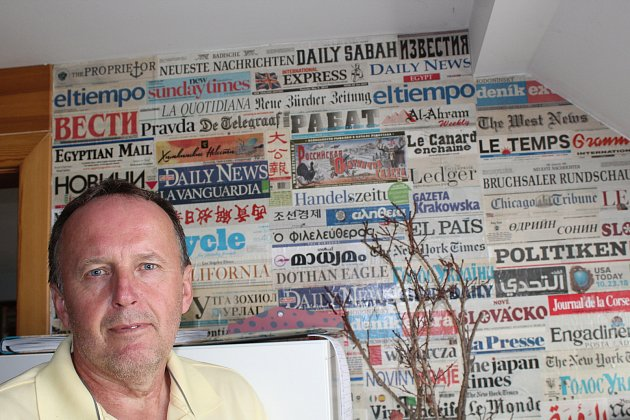 Karel Fiala se sbírkou světového tisku.