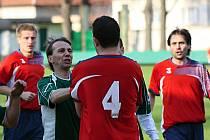 Nervózní závěr. Obránce Dubňan Michal Vacenovský atakoval po ostrém zákroku milotického kapitána Robina Habáně. Zkušený bek uviděl červenou kartu. Baník v derby prohrál 0:1.