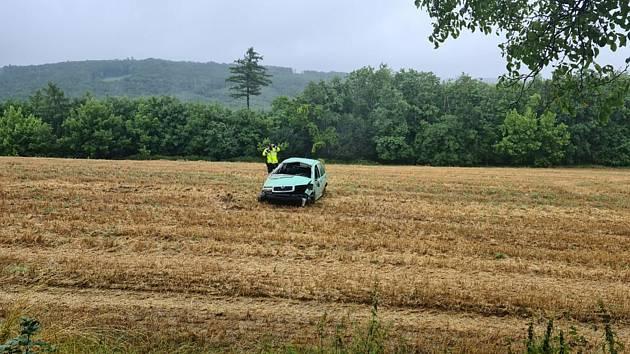 U Žarošic vjelo auto do pole. Při havárii se zranili dva lidé.