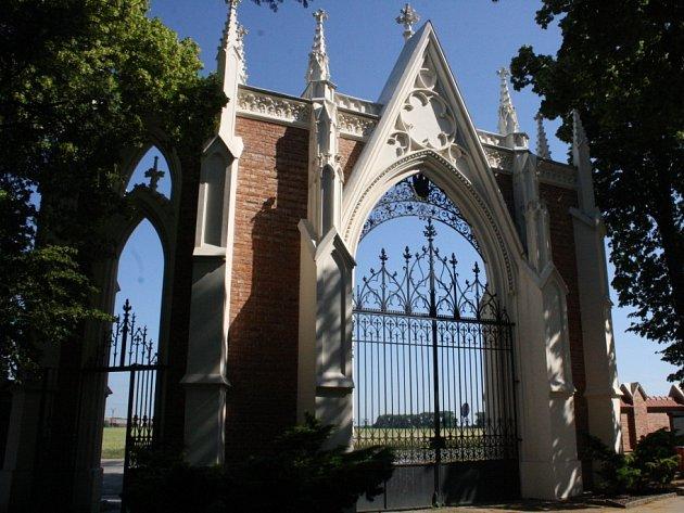 Hřbitovní zeď se vstupní branou.