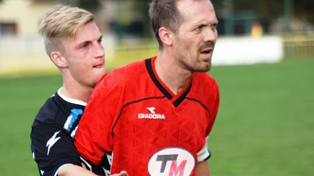 Zkušený obránce Petr Kotásek (v červeném) patří v posledních sezonách mezi hlavní opory ratíškovického Baníku.