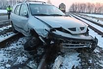 Koleje mezi Vracovem a Vlkošem 17. ledna 2017 na několik hodin zablokovalo auto, jehož řidička nezvládla na namrzlé silnici řízení.